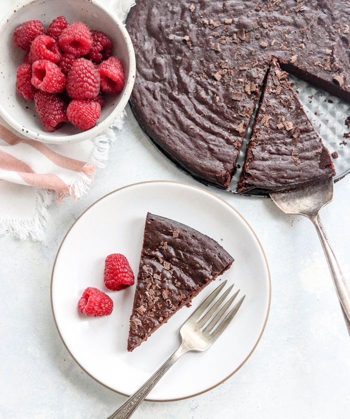 This HEALTHY FLOURLESS CHOCOLATE CAKE is naturally-sweetened honey, with almost half the fat and calories of other recipes. Dairy-free & Gluten-free. #glutenfree #chocolate