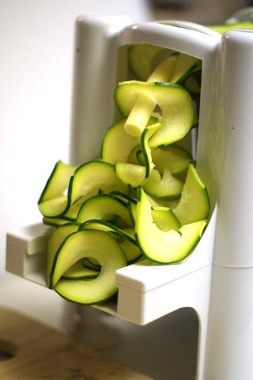 making spiralized zucchini noodles