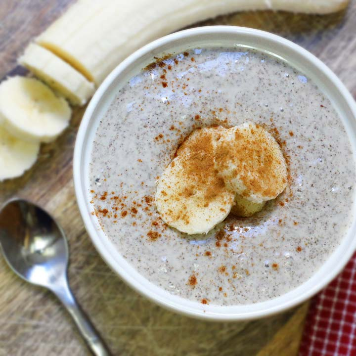 vanilla chai pudding in a bowl with banana slices on top