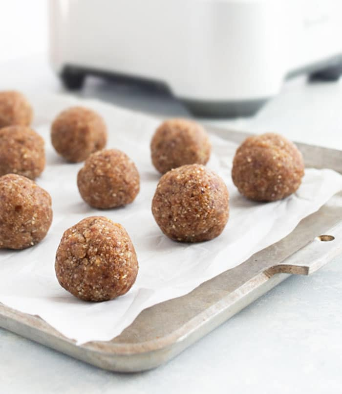 These DATE ENERGY BALLS are a quick and easy treat, perfect for snacking! This recipe is dairy free with no sugar added and also paleo and vegan friendly. #energybites #datesweetened