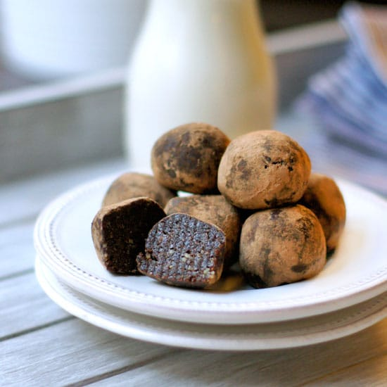 Here are my quick and easy BROWNIE BITES that are exclusively sweetened with fruit! These delicious recipe is also paleo and vegan-friendly. #dairyfree #datesweetened