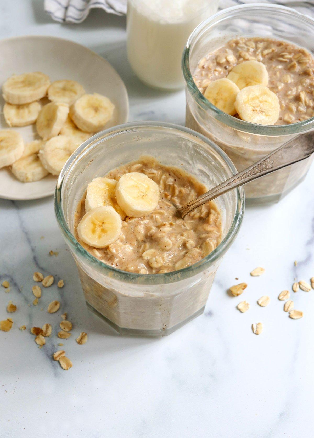 banana overnight oats in 2 jars